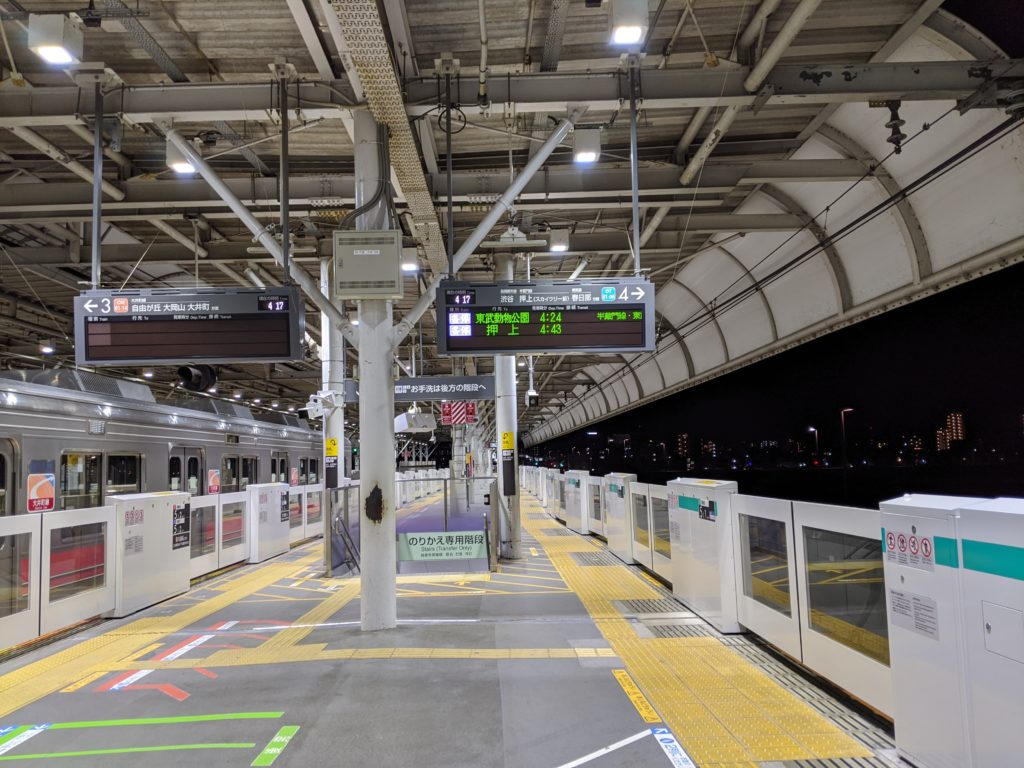 元旦始発前の二子玉川駅ホーム