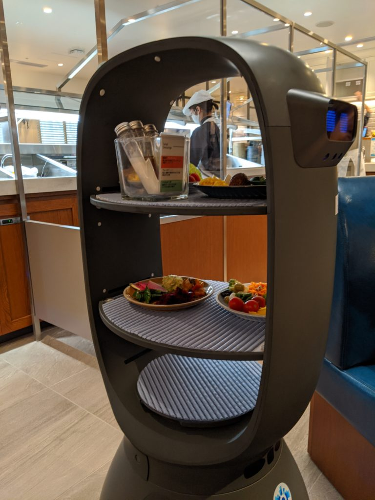 THE GALLEY Seafood&Grill by三笠会館 のサラダを運ぶロボット君